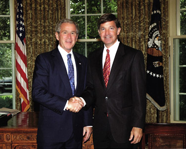 President George W. Bush honors Will Wynn in the Oval Office for the City of Austin's policies relating to its employees serving in Iraq and Afghanistan